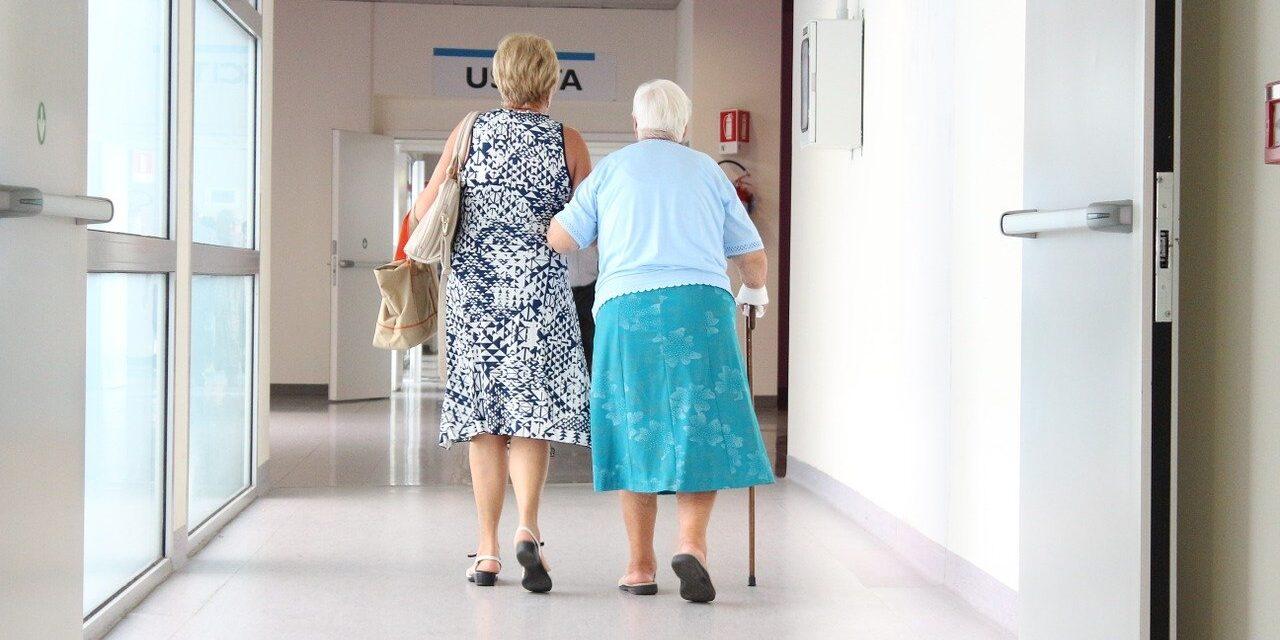 Maintien à domicile des personnes agées : Avantages et Inconvénients